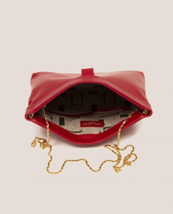 Detalle interior de bolso de mano de cuero rojo con cadena dorada, modelo Marlen (ref # MPR-39) de Petty Things