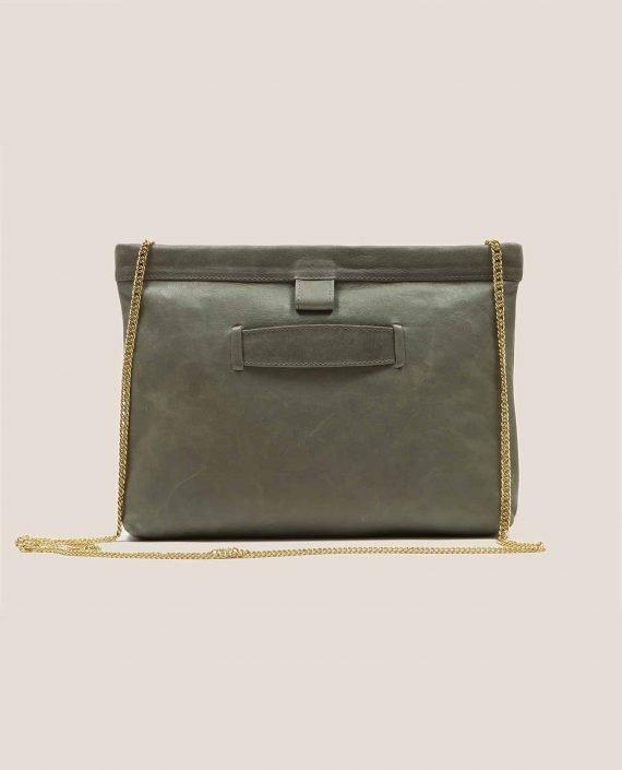 Parte atrás bolso de cuero salvia (verde oscuro) con cadena dorada, modelo Marlen (ref # MPS-40) de Petty Things