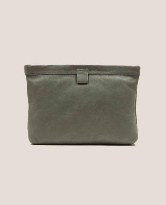 Clutch de cuero color salvia (verde oscuro) de Petty Things, modelo Marlen