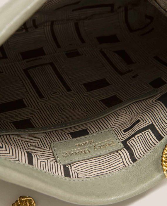 Detalle interior de bolso de mano de cuero con tinte vegetal, modelo Marlen (ref # MPS-40) de Petty Things