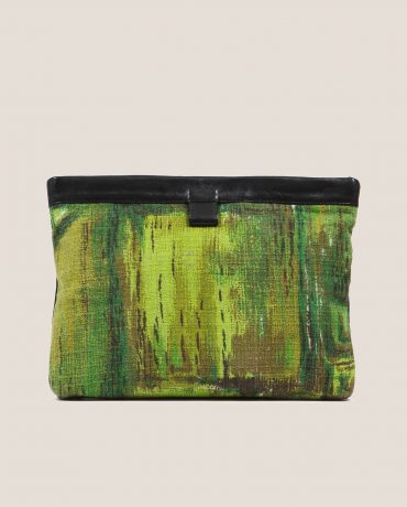 Clutch de Petty Things con piel color negro con tela vintage barkcloth dry brush-delantera