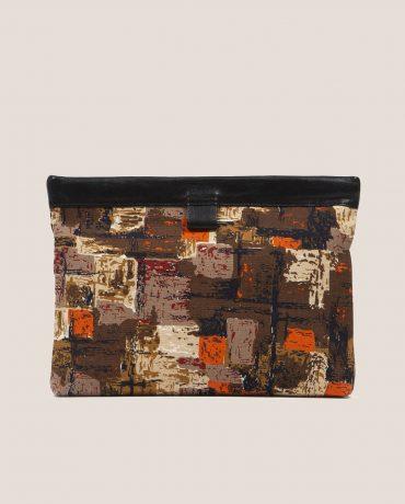 Clutch de Petty Things con piel color negro con tela vintage barkcloth dry brush-delantera