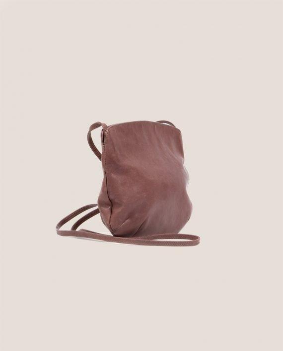 Crossbodybag de Petty Things con piel color rosa palo-forro de tela vintage-Rosa palo-lateral