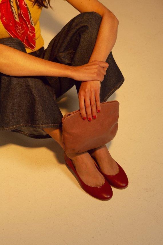 Crossbodybag de Petty Things con piel color rosa palo-forro de tela vintage-Rosa palo-modelo