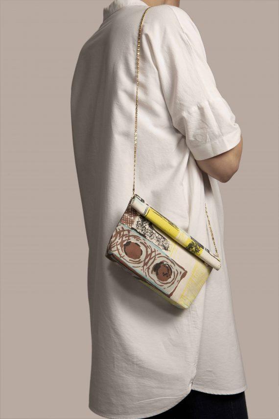 Bolso pequeño colgando de modelo, hecho en exclusiva tela vintage barkcloth Lane de Petty Things