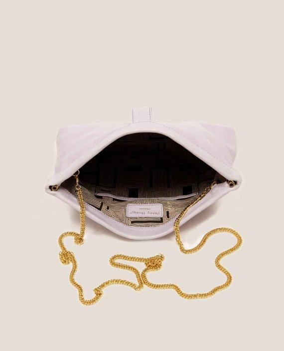 Detalle interior de bolso de mano de cuero con caena dorada, modelo Marlen (ref # MPL-26) de Petty Things