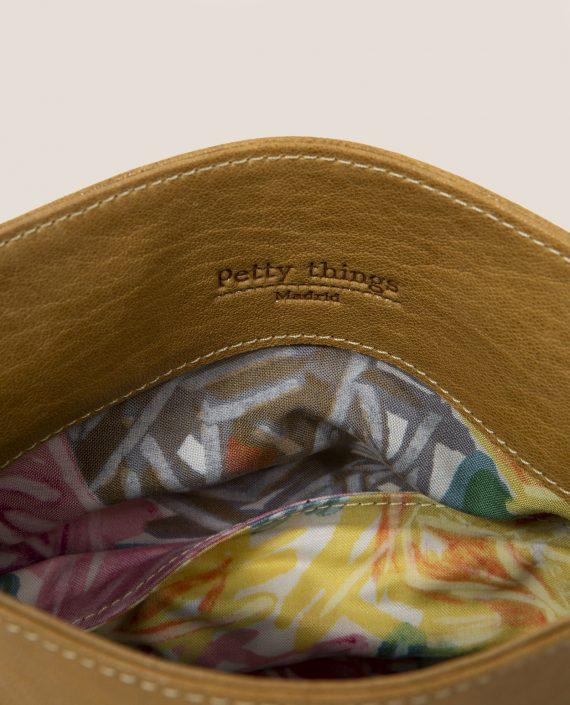 Crossbodybag de Petty Things con piel color rosa palo-forro de tela vintage-mostaza-detalle forrro