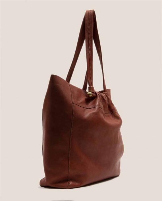 Vista lateral de bolso grande de cuero Cuero con tinte vegetal (ref #NPC-41) de Petty Things