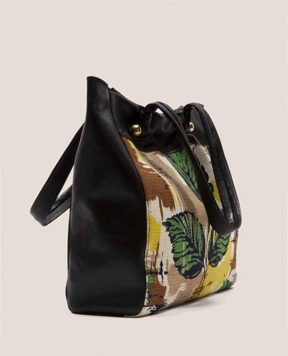 Vista lateral de bolso grande de cuero negro con tinte vegetal y tela vintage barkcloth Peter (ref # NTN-07-03) de Petty Things