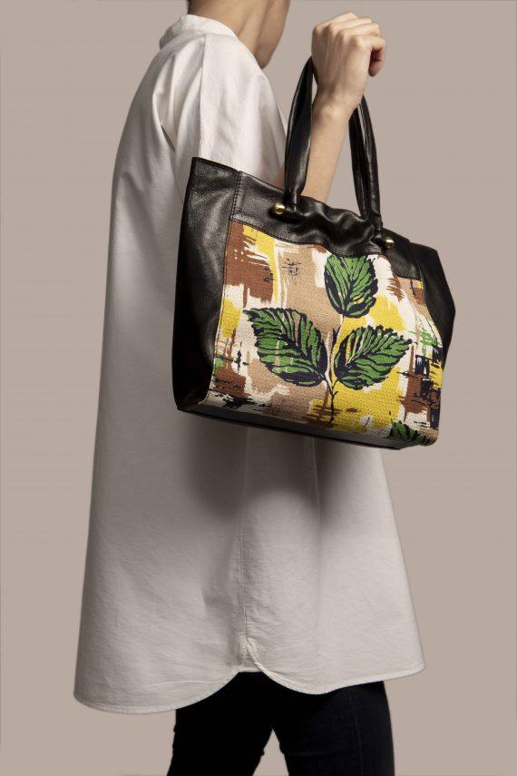 Bolso grande colgando de modelo, hecho en cuero teñido vegetal color negro y tela vintage barkcloth Peter de Petty Things