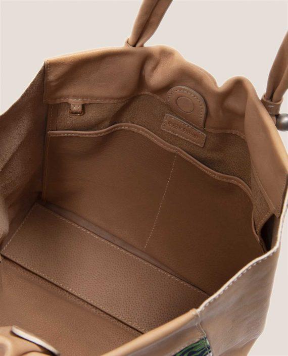Detalle interior de bolso grande en cuero con tinte vegetal, y tela vintage, Nina Peter Rosa (ref # NTR-48-01) de Petty Things