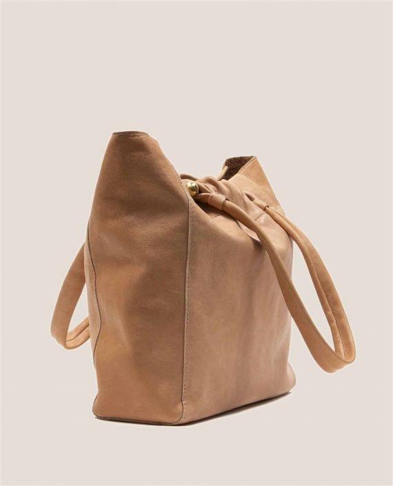 Vista lateral de bolso grande de cuero rosa con tinte vegetal (ref #NPRZ-05) de Petty Things
