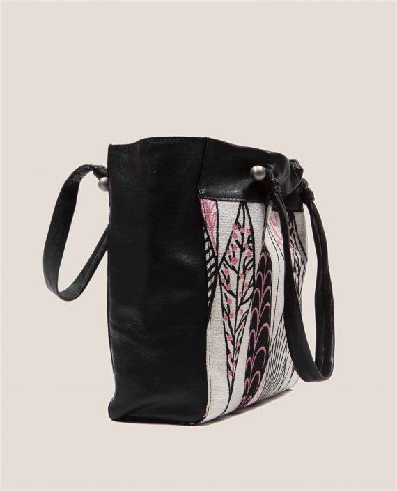 Vista lateral de bolso grande de cuero negro con tinte vegetal y tela vintage barkcloth Ula (ref # NTN-07-03) de Petty Things