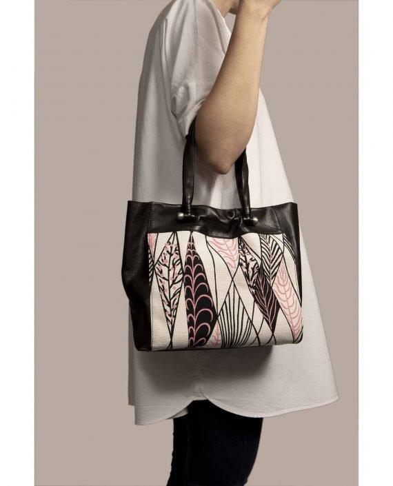 Bolso grande colgando de modelo, hecho en cuero teñido vegetal color negro y ella vintage barkcloth Ula de Petty Things